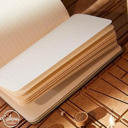 Intérieur sur papier offset bouffant 70g avec lignes d'écolier pour le carnet 12x18cm