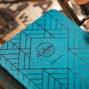Collection les métalliques avec un design graphique de la couverture. Existe en 4 teintes et 3 formats. Couverture papier Curious et intérieur Arcoprint 70g.
